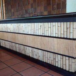Оформление стойки бамбуком