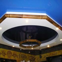 Оформление потолка бамбуком