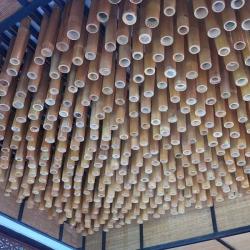 Бамбуковые стволы на потолке