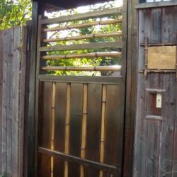Декорирование бамбуком двери